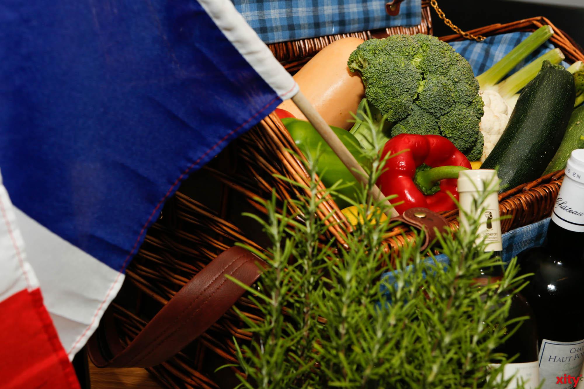 An der Rheinuferpromenade empfängt der französische Gourmet-Wochenmarkt Les Saveurs de France mit landestypischen Spezialitäten(Foto: xity)