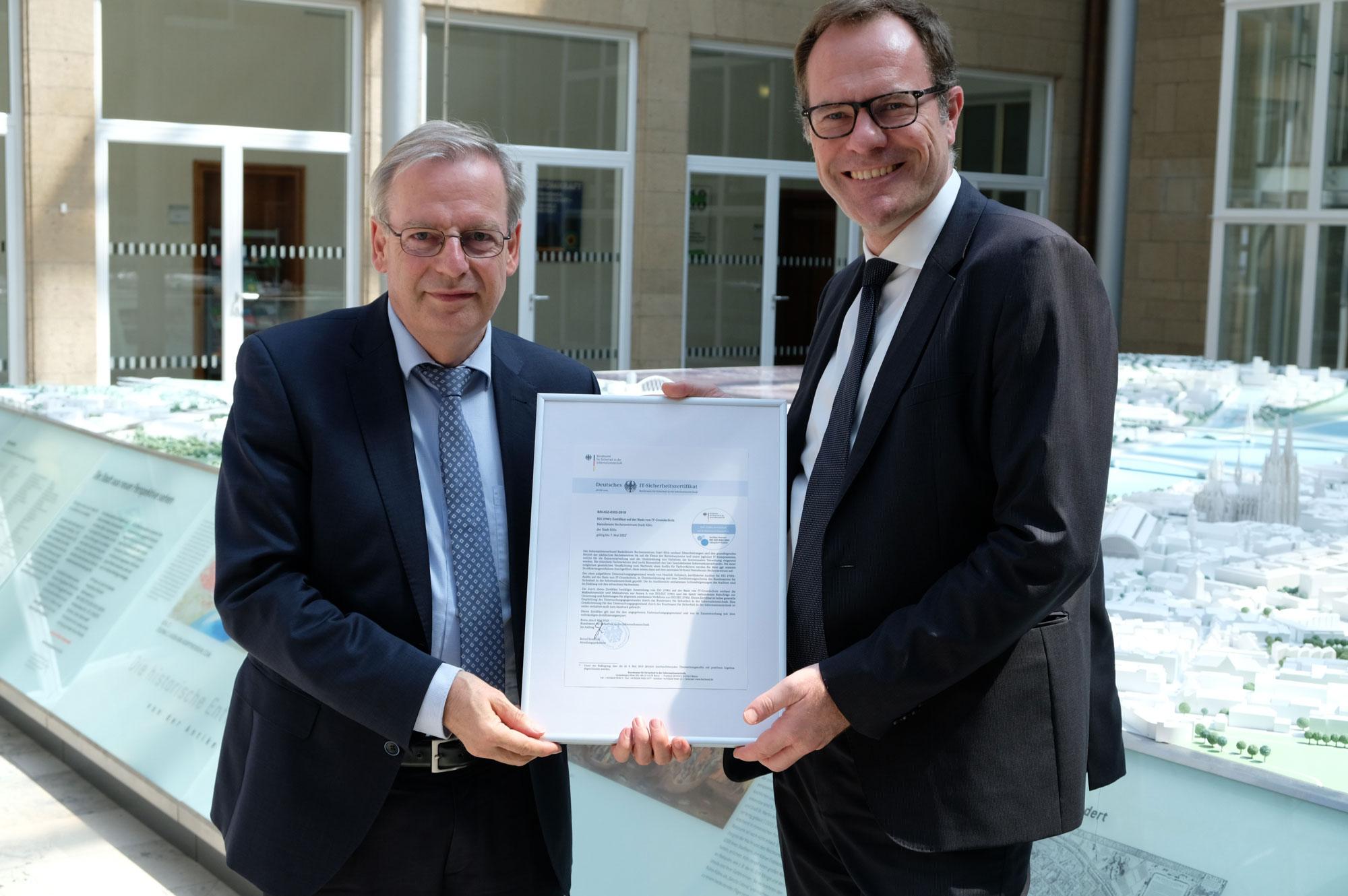 v.l.n.r.: Bernd Kowalski vom Bundesamt für Sicherheit in der Informationstechnik, Stadtdirektor Dr. Stephan Keller (Foto: Stadt Köln)