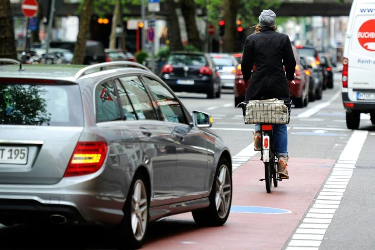 """""""Spiegel"""": Scheuer plant Bußgeld von bis zu 100 Euro für Parken und Halten auf Radweg"""