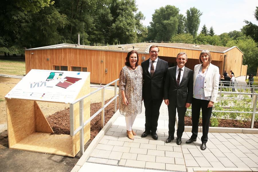 Gründezernentin Helga Stulgies, Dr. Thomas Nießen (Linklaters LLP), OB Thomas Geisel und Stadtkämmerin Dorothee Schneider (Foto: Stadt Düsseldorf/David Young)