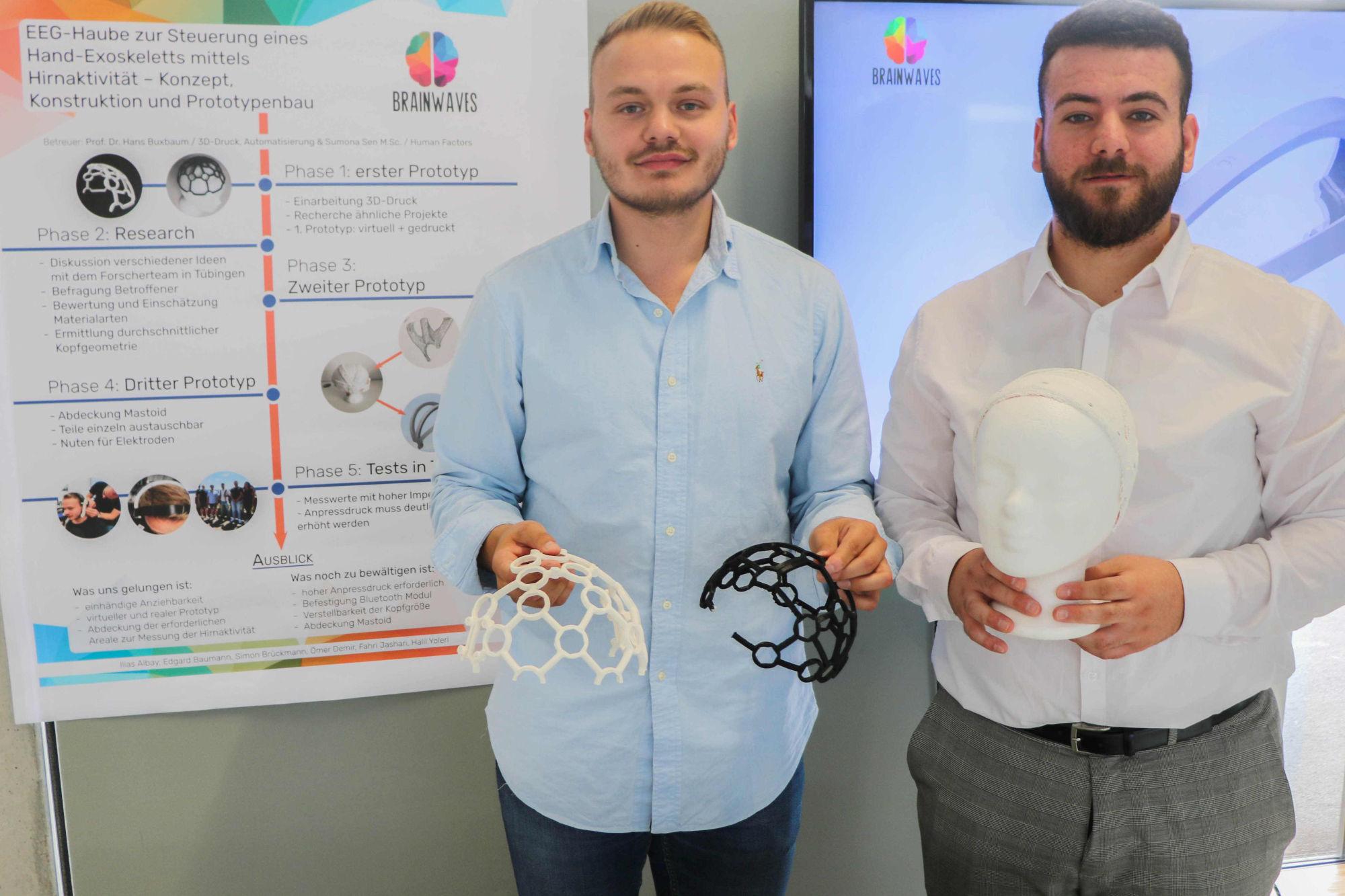 Fahri Jashari (links) und Ömer Demir (rechts) entwickelten mit ihren Kommilitonen Ilias Albay, Edgard Baumann, Simon Brückmann und Halil Yoleri eine neue EEG-Haube für einseitig gelähmte Menschen. (Foto: Hochschule Niederrhein)