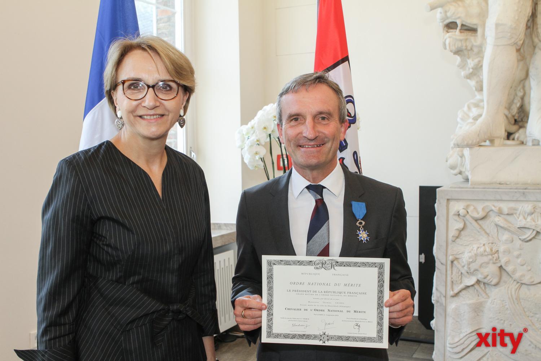 Botschafterin Anne-Marie Descôtes (l.) verlieh OB Thomas Geisel die Insignien eines Ritters (Foto: xity)