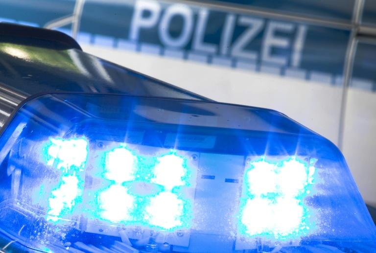 Vier Menschen ohne Helm auf unbeleuchtetem Motorroller in Geesthacht unterwegs (© 2019 AFP)
