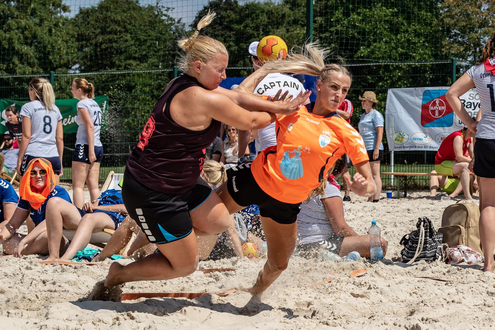 Voller Körpereinsatz wird gefordert beim Beach Handball. (Foto: photominister.de)