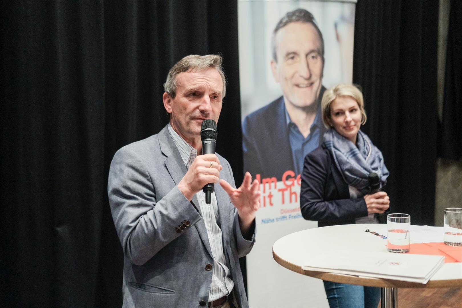 OB Thomas Geisel informierte beim 33. OB-Dialog die Gäste in der Freizeitstätte Garath (Foto: Stadt Düsseldorf/Michael Gstettenbauer)