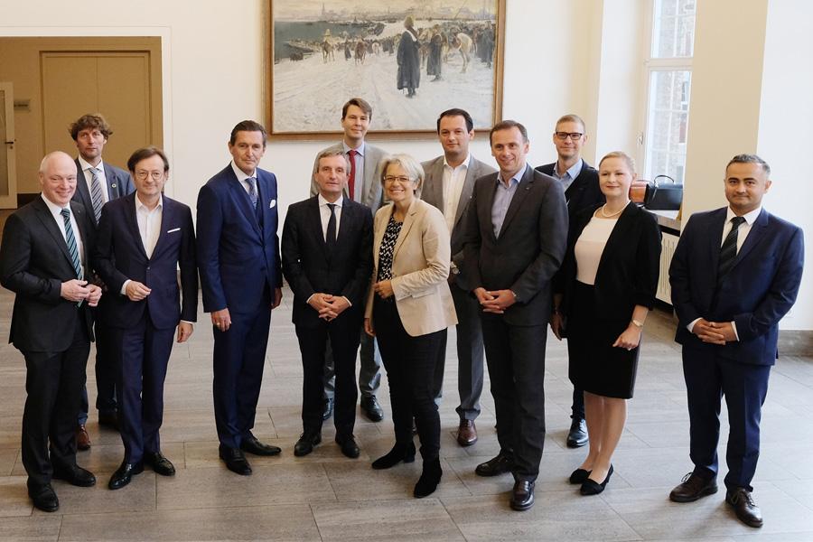 OB Thomas Geisel empfing die österreichische Wirtschaftsdelegation, angeführt von den Landesräten Dr. Petra Bohuslav und Peter Hanke (Foto: Stadt Düsseldorf/Wilfried Meyer)