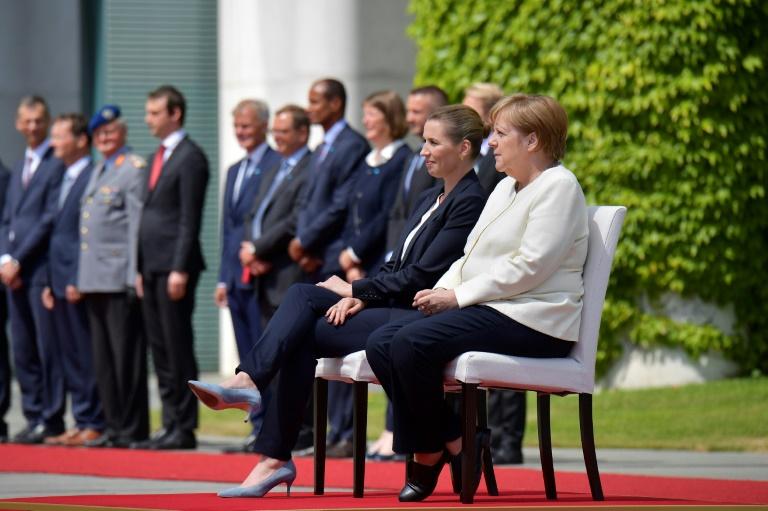 Merkel und Frederiksen sitzen bei Empfang mit militärischen Ehren (© 2019 AFP)