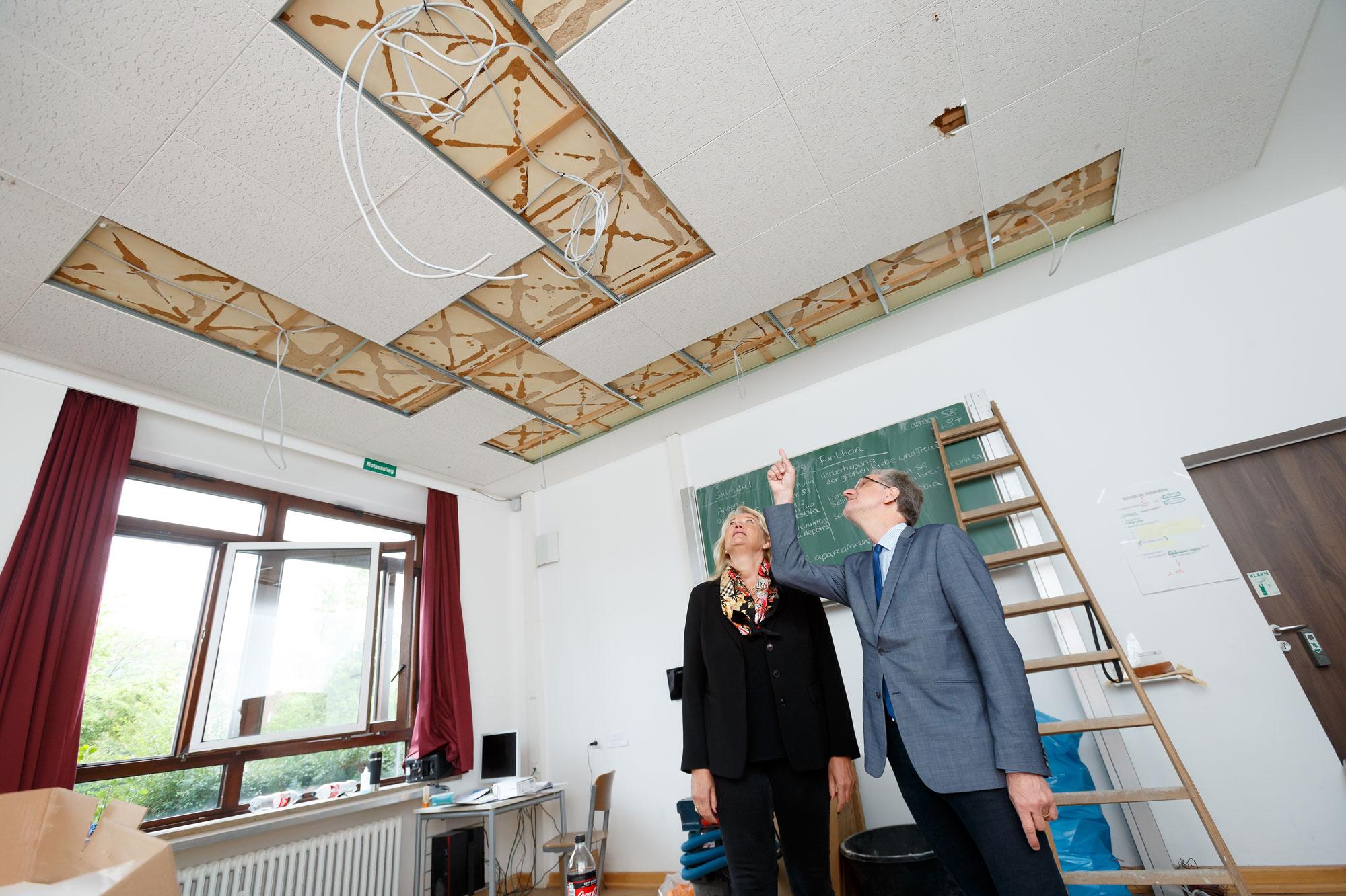 Stadtrat Matthias Peck und Antje Hemmen vom Amt für Immobilienmanagement erläutern das Modernisierungspaket für Münsters Schulen. (Foto: Presseamt Münster)