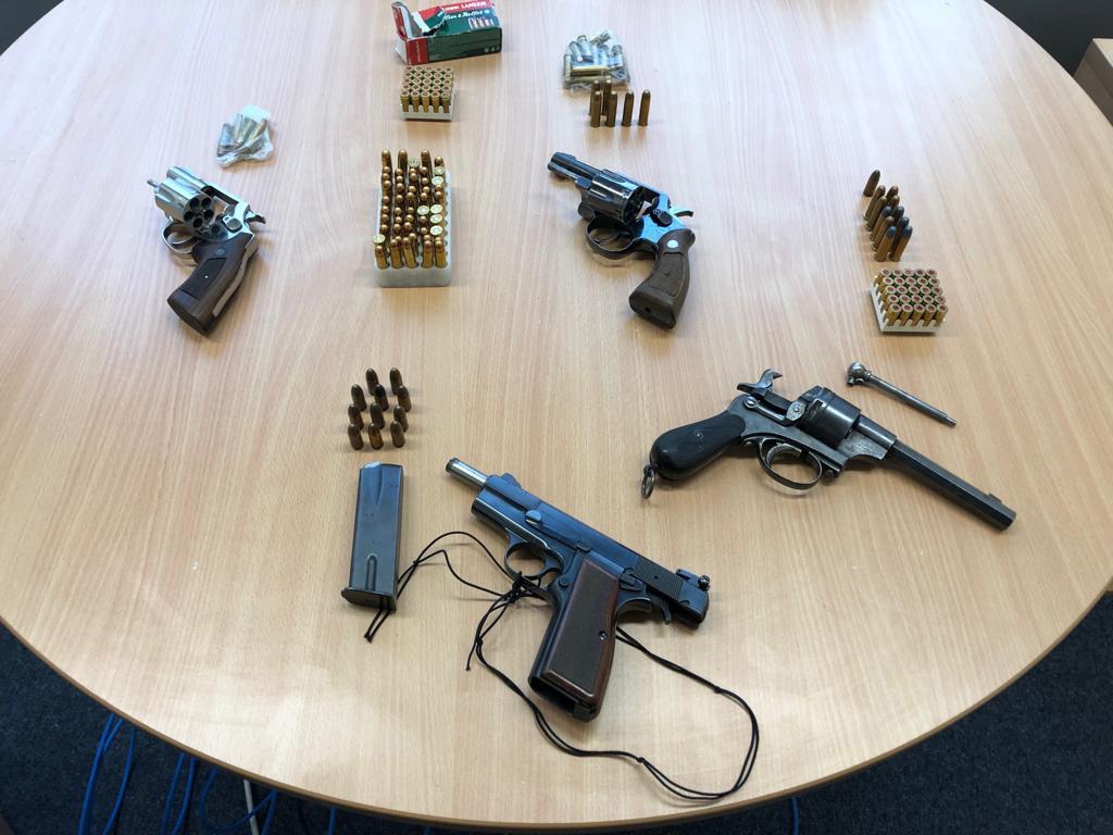 Auch Waffen wurden bei den Durchsuchungen gefunden (Foto: Polizei Düsseldorf)