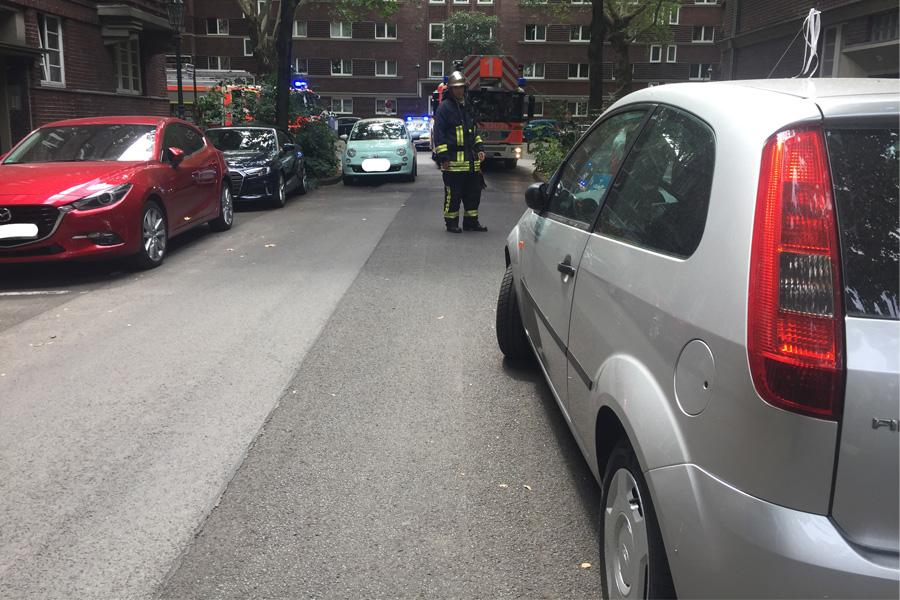 Feuerwehr bei Einsatz durch Falschparker behindert (Foto: Feuerwehr Düsseldorf)