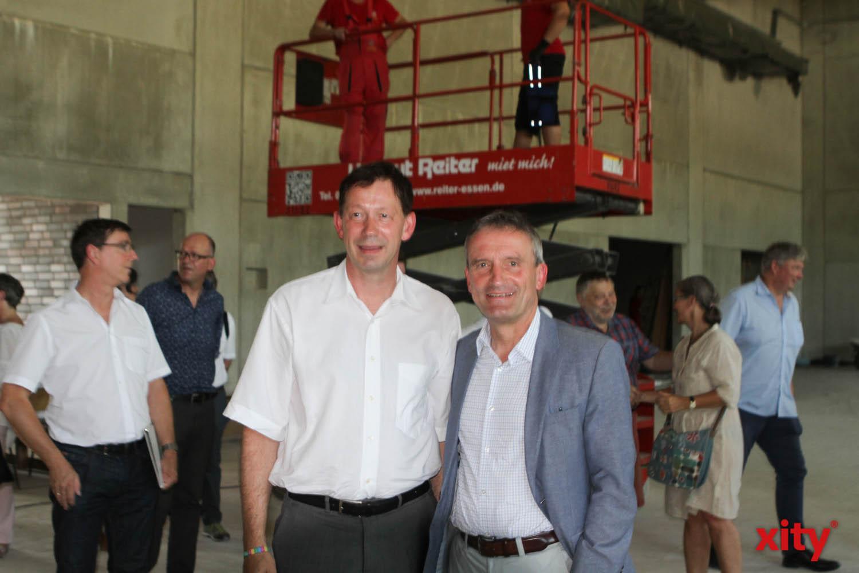 Stadtdirektor Burkhard Hintzsche und Oberbürgermeister Thomas Geisel in der neuen Zweifachsporthalle (Foto: xity)