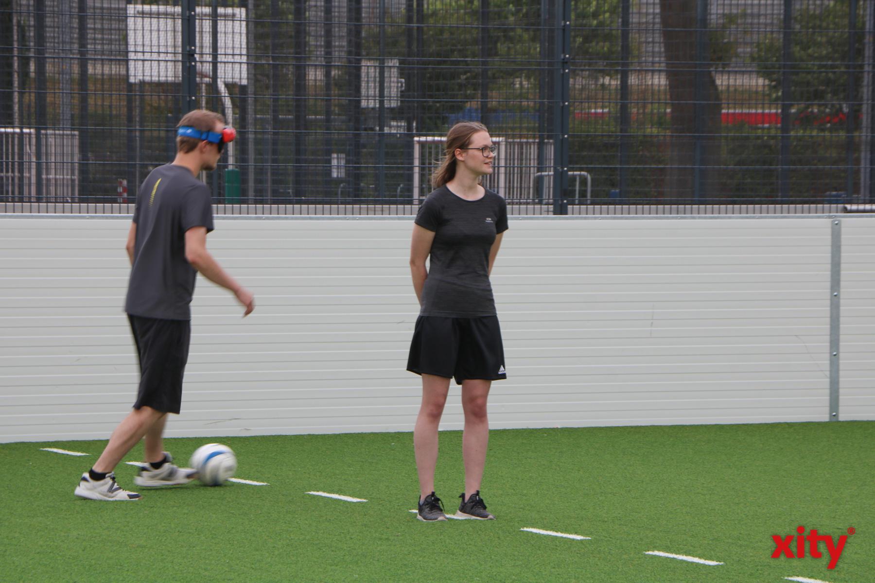 Sehende Guides helfen den Spielern bei der Orientierung auf dem Feld (Foto: xity)