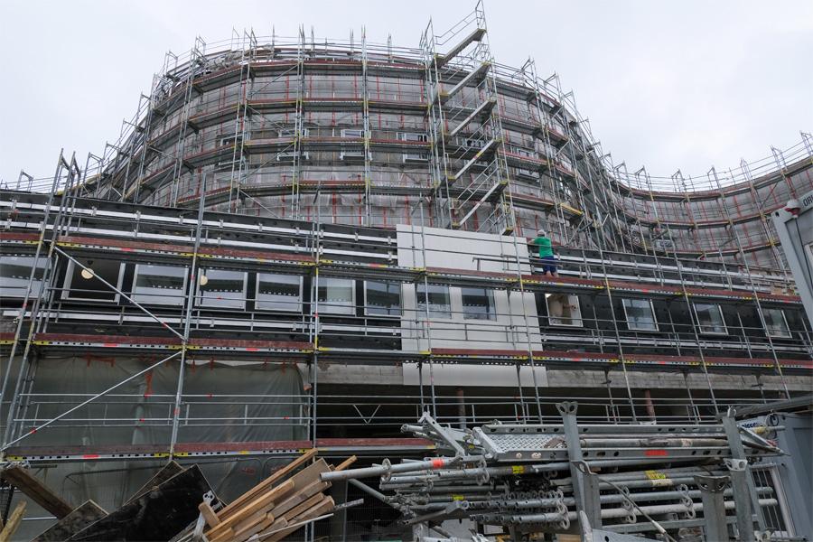 Die Fassadenarbeiten haben bereits an der Gebäudeseite zum Gustaf-Gründgens-Platz hin begonnen (Foto: Stadt Düsseldorf/Michael Gstettenbauer)