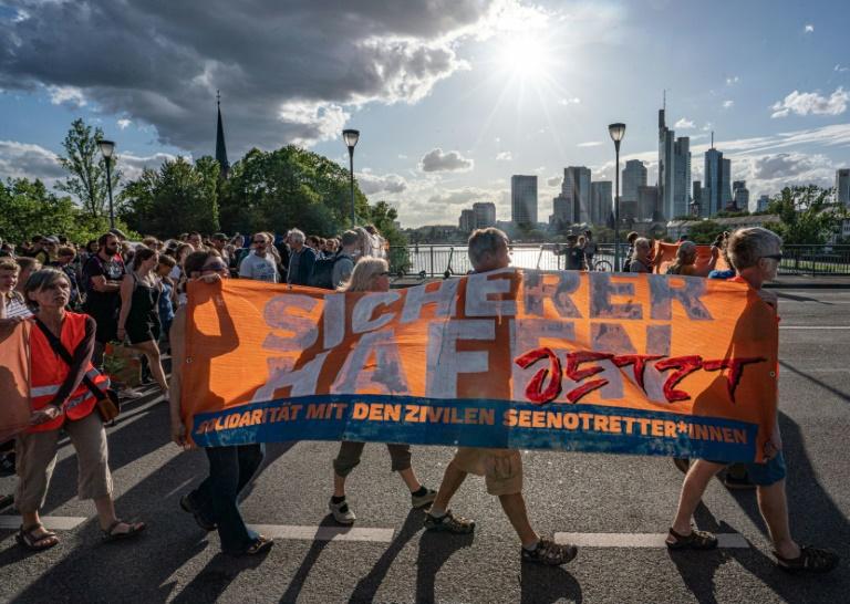 Aktivisten blockieren Main nach Seebrücke-Demo in Frankfurt (© 2019 AFP)