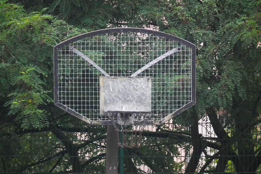 Nach der Sanierung des Bolzplatzes werden generationsübergreifende Angebote wie Fußballtore, Basketballkörbe oder Tischtennisplatten zur Verfügung stehen (Foto: xity)