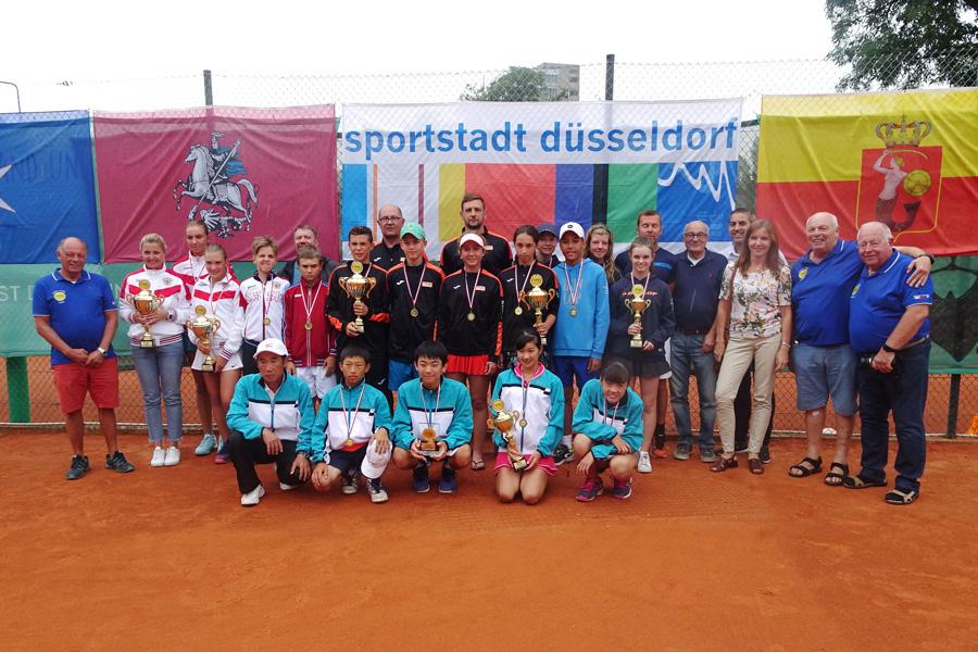 """Gruppenbild mit Aktiven und Offiziellen des """"Düsseldorf Friendship Cup"""" (Foto: Tennisbezirk 3 Düsseldorf)"""