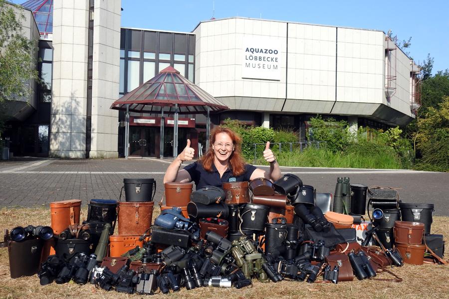 Sandra Honigs, stellvertretende Aquazoo-Direktorin, präsentiert die bislang gesammelten Ferngläser(Foto: xity)