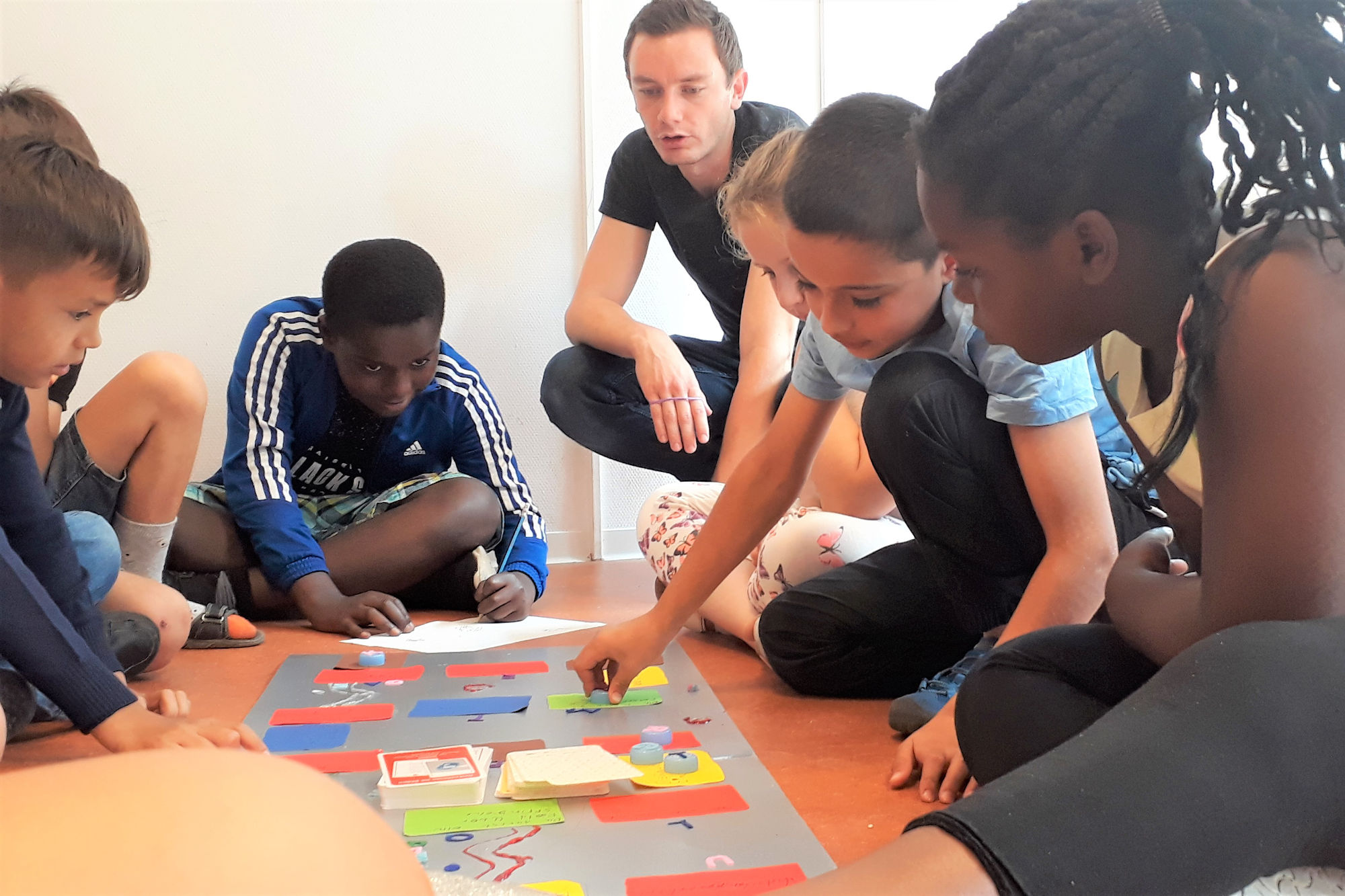 Ein selbst gebasteltes Spiel hilft im Sommerferienkurs beim Training der deutschen Rechtschreibung. (Foto: Stadt Münster)