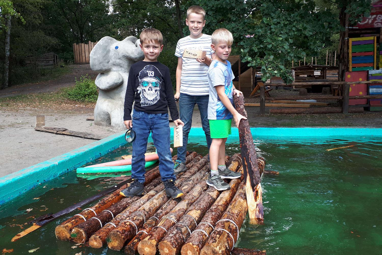 Das selbstgebaute Floß war eines der Highlights für die Kinder in der Ferienbetreeung auf dem Bauspielplatz Westhagen (Foto: Stadt Wolfsburg)