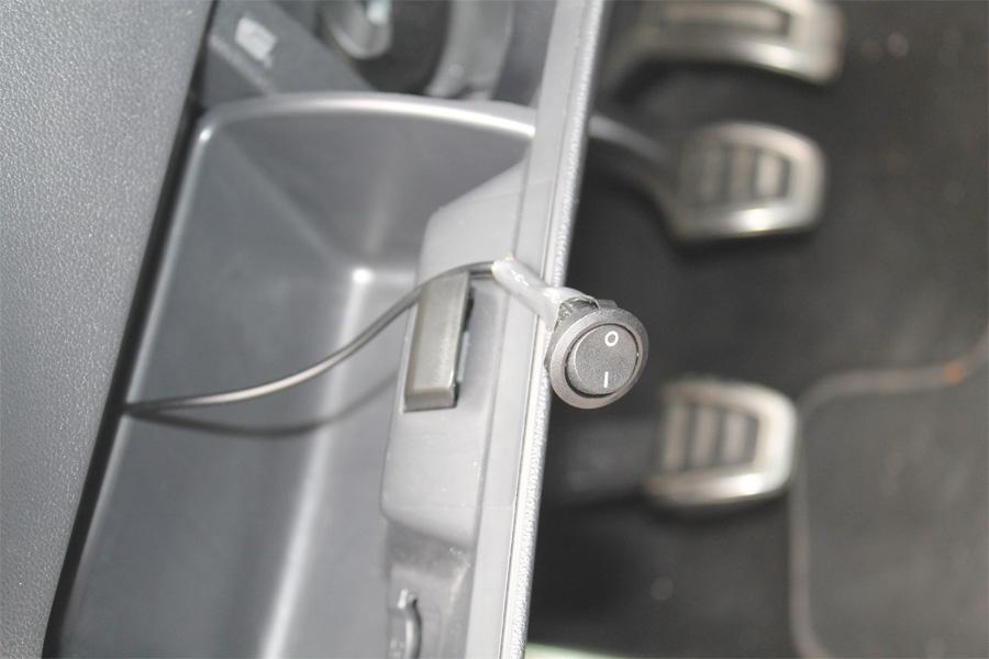 Versteckter Schalter für eingebautes Luftfahrwerk (Foto: Polizei Düsseldorf)