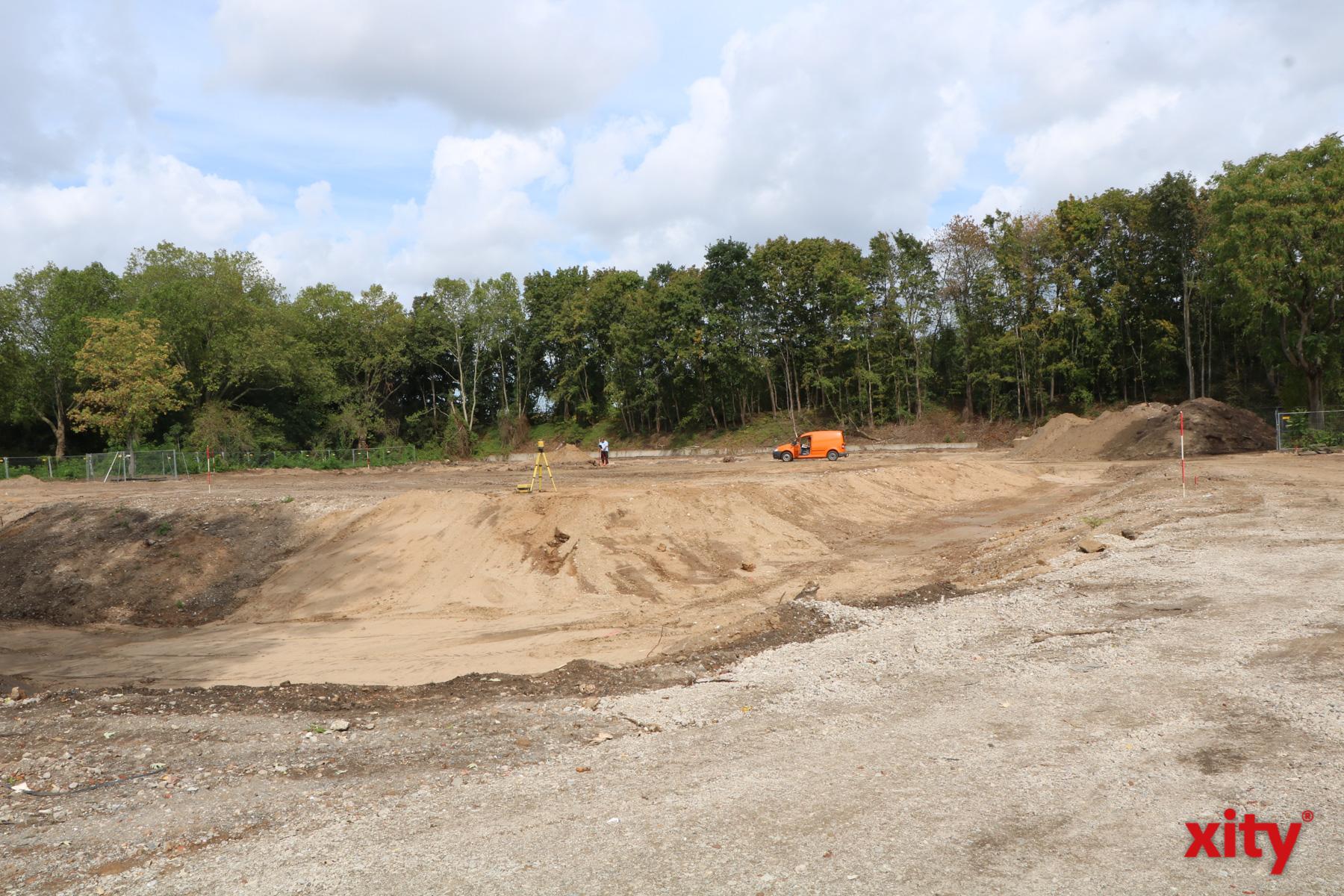 Auf diesem leeren Baufeld entsteht die neue Gemeinschaftshauptschule Benrath (Foto: xity)