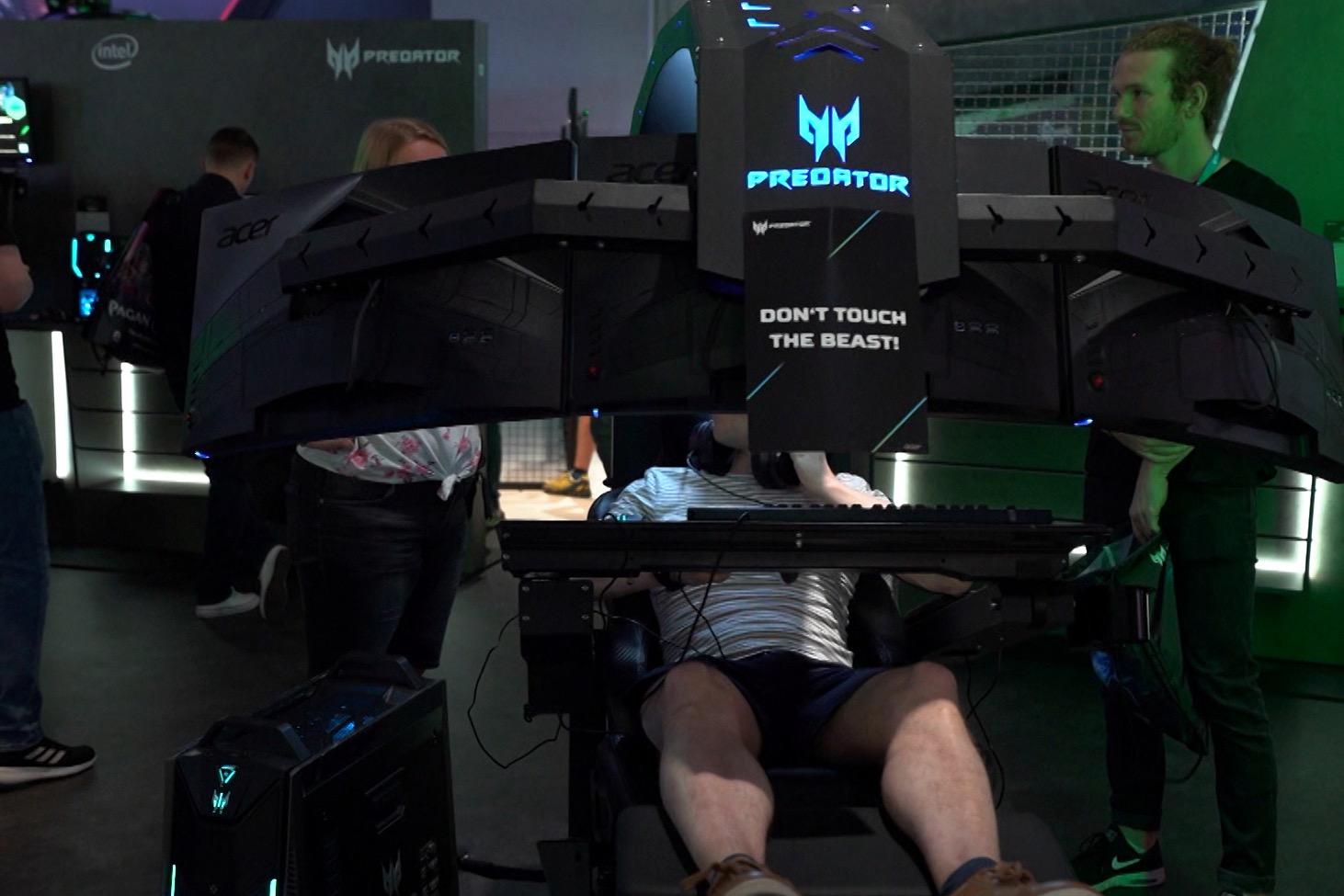 Internationale Spielefans treffen auf der Gamescom auf Spieleentwickler, um die neuesten Spiele anzuzocken (Foto: hellofootage)