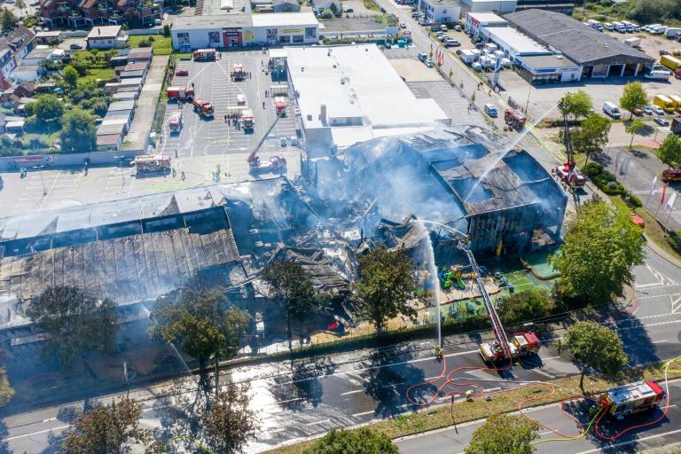 Großbrand lässt Abenteuerspielhalle teilweise einstürzen