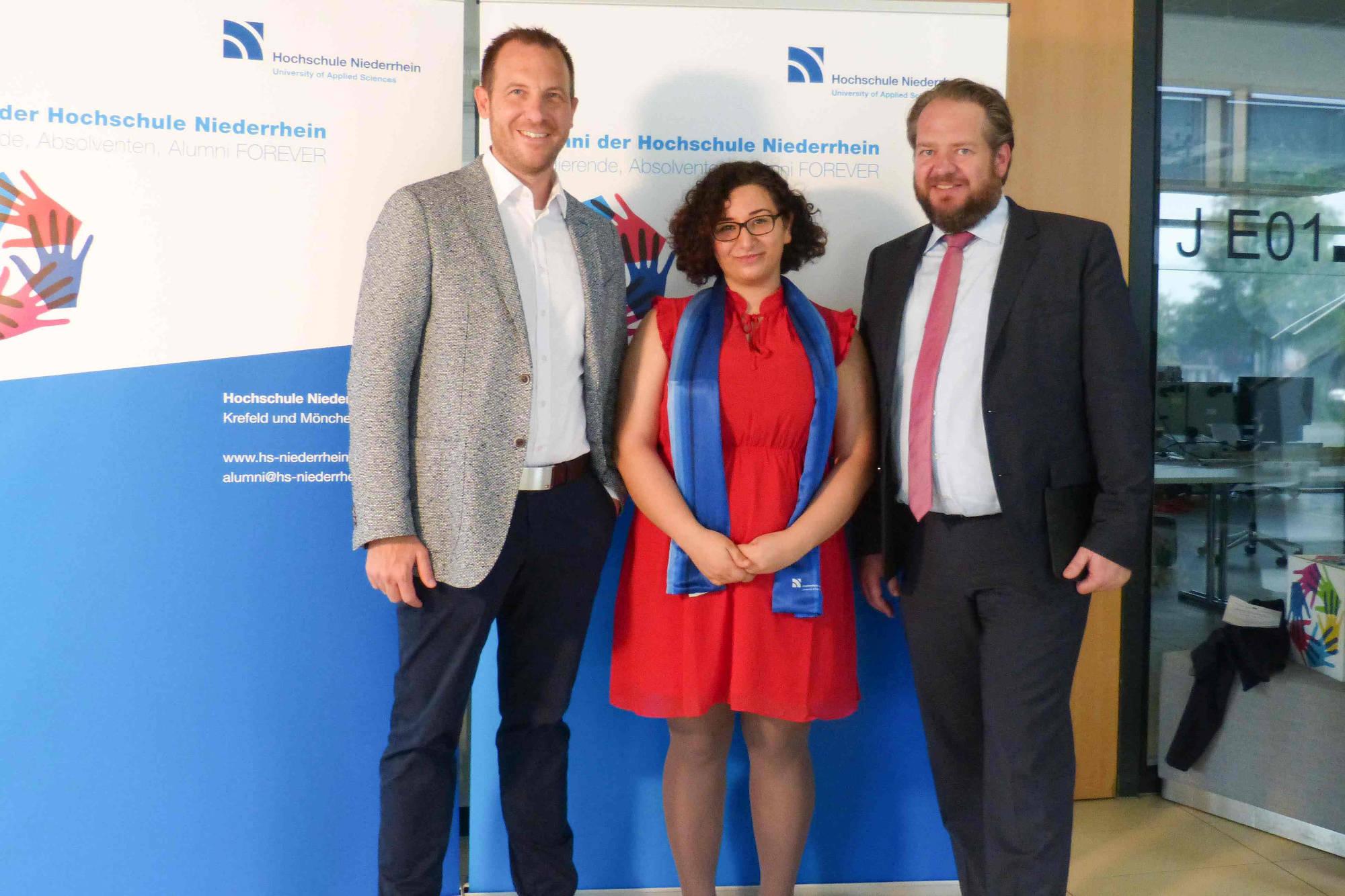 Preisträgerin Fatimah El Atrache eingerahmt von Dr. Mirko Stange, geschäftsführender Gesellschafter der Unternehmensberatung SilverSky LifeSciences (links), und vom Dekan des Fachbereichs Gesundheitswesen Prof. Christian Timmreck (rechts).