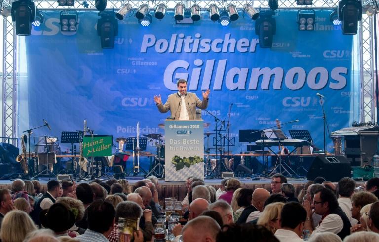 Politischer Schlagabtausch beim traditionellen Volksfest Gillamoos in Bayern