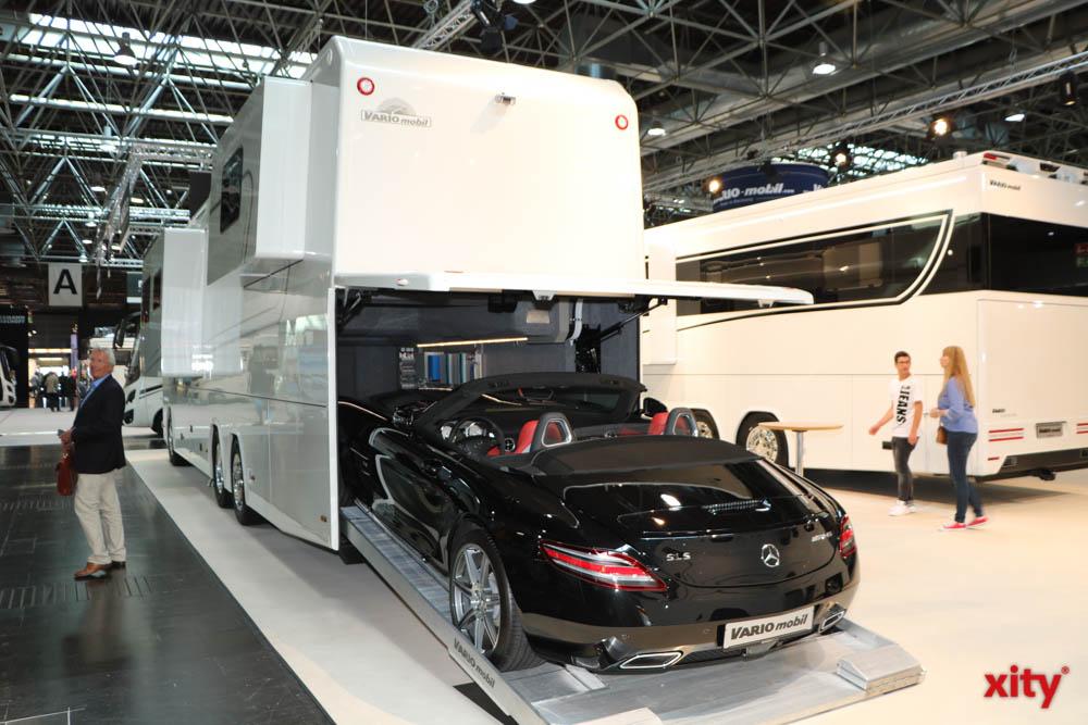 Wohnmobile der Luxuskategorie gibt es sogar mit eingebauter Garage für den Sportwagen (Foto: xity)