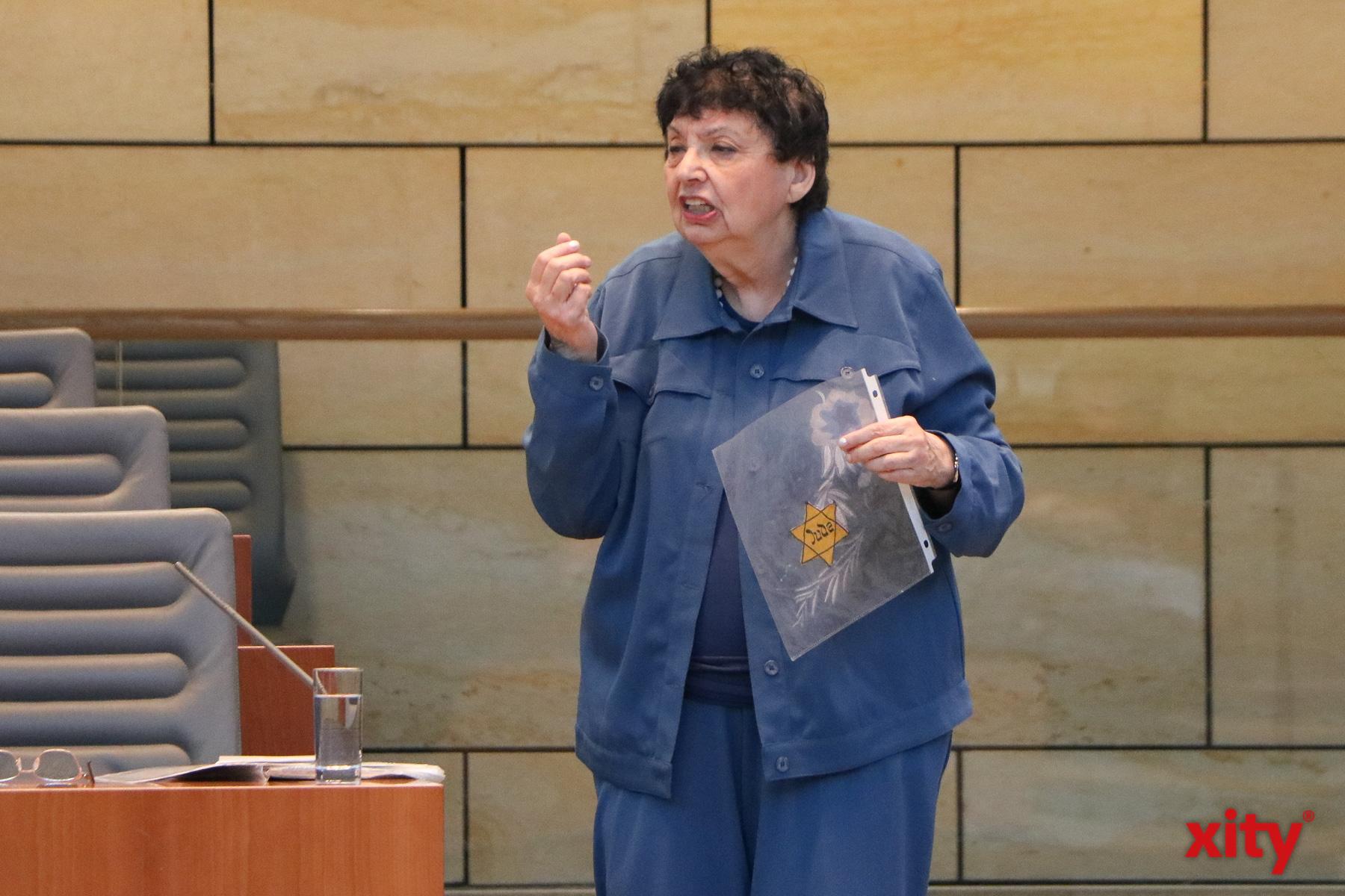 Beim Zeitzeugengespräch zeigte Auerbacher auch den Judenstern. Juden mussten diese Sterne in der NS-Zeit tragen, um sich als Juden auszuweisen (Foto: xity)