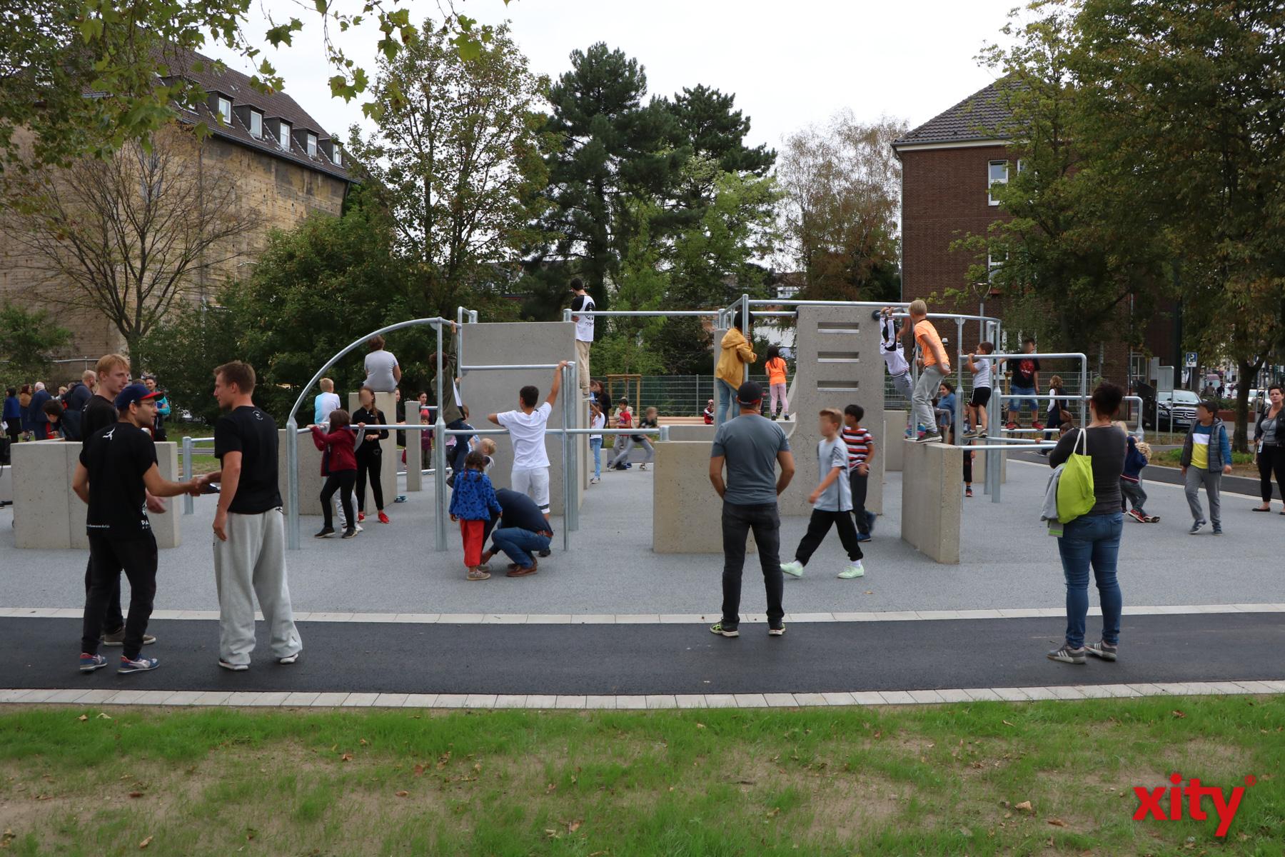 Der Sportpark bietet den Besuchern neben einem Parkourkurs auch eine Fläche für Boule und einen Panna-KO-Käfig (Foto: xity)