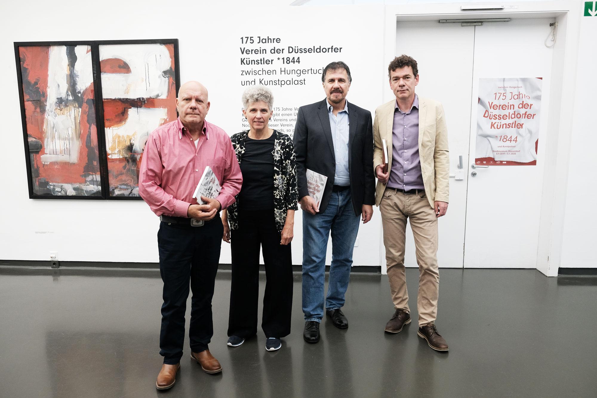 Präsentierten die Ausstellung: (v. l.) Michael Kortländer, Edith Oellers und Thomas Graics vom Verein der Düsseldorfer Künstler sowie Bernd Kreuter vom Stadtmuseum (Foto: Stadt Düsseldorf/Michael Gstettenbauer)