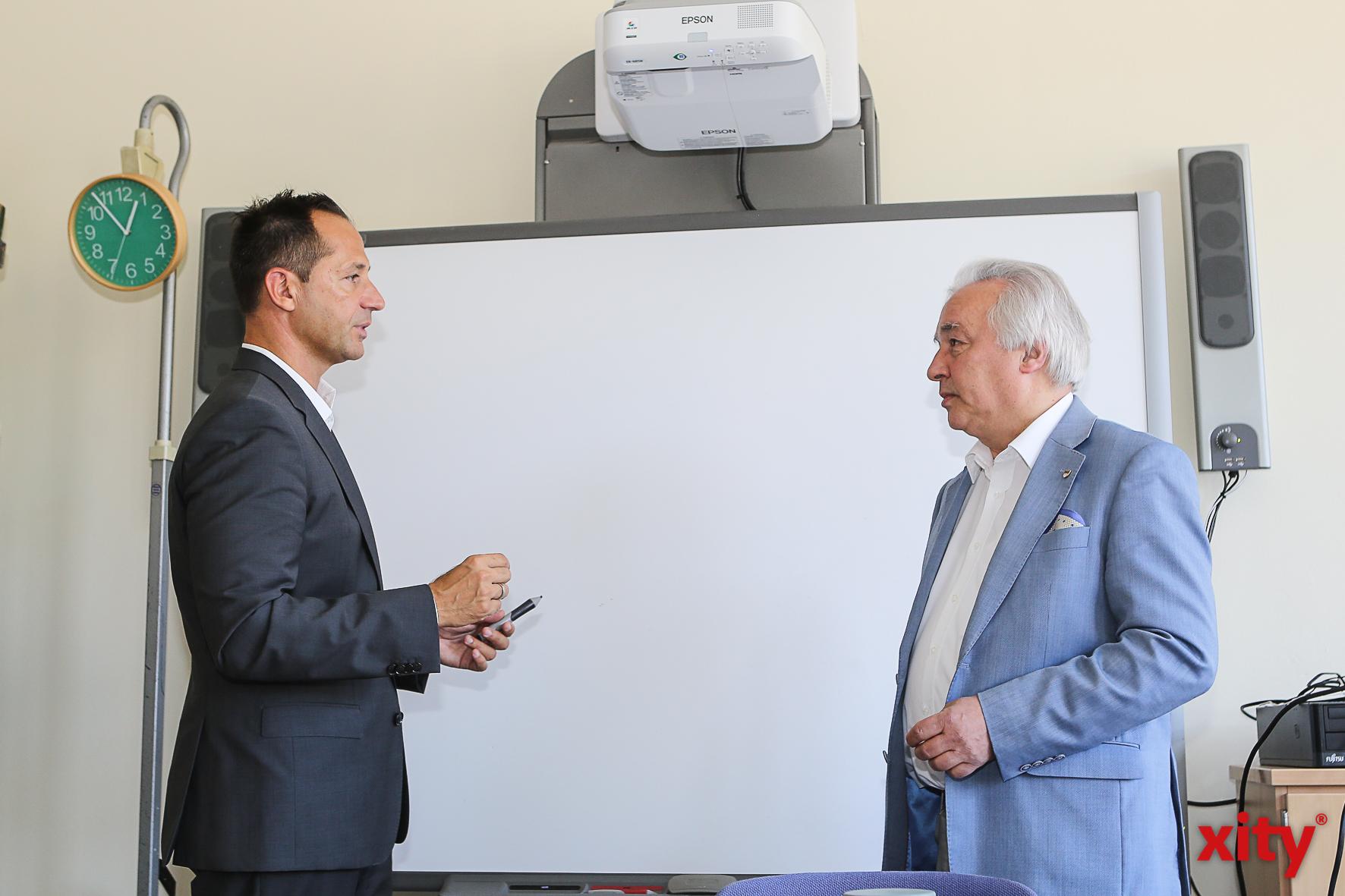 Schulleiter Pavle Madzirov zeigt Bürgermeister Volker Mosblech die neue Unterrichtstechnologie (Foto: xity)