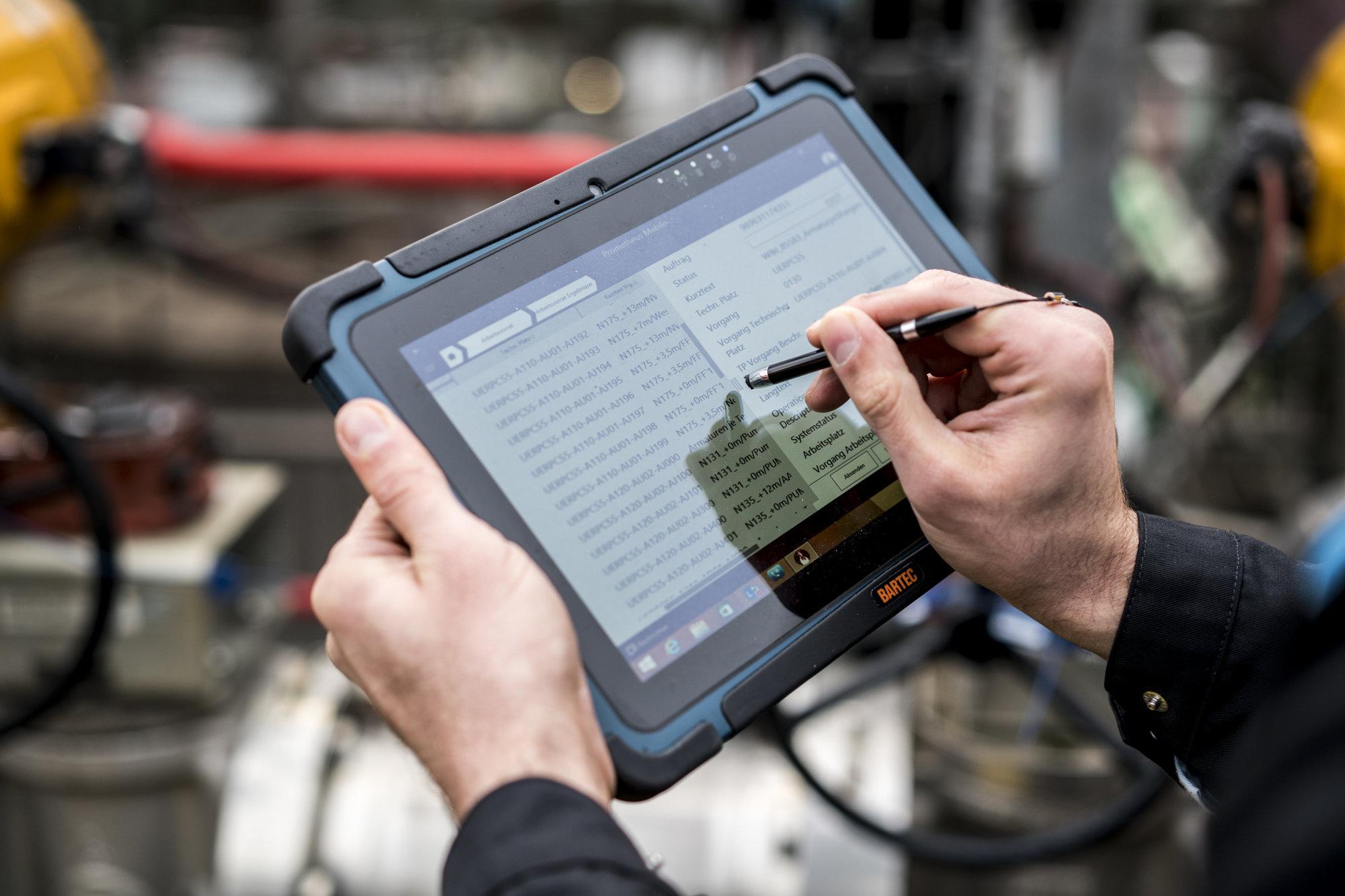 Vorausschauende Wartung von Covestro-Produktionsanlagen wird mithilfe digitaler Werkzeuge wie Tablet-Computern möglich. (Foto: Covestro)