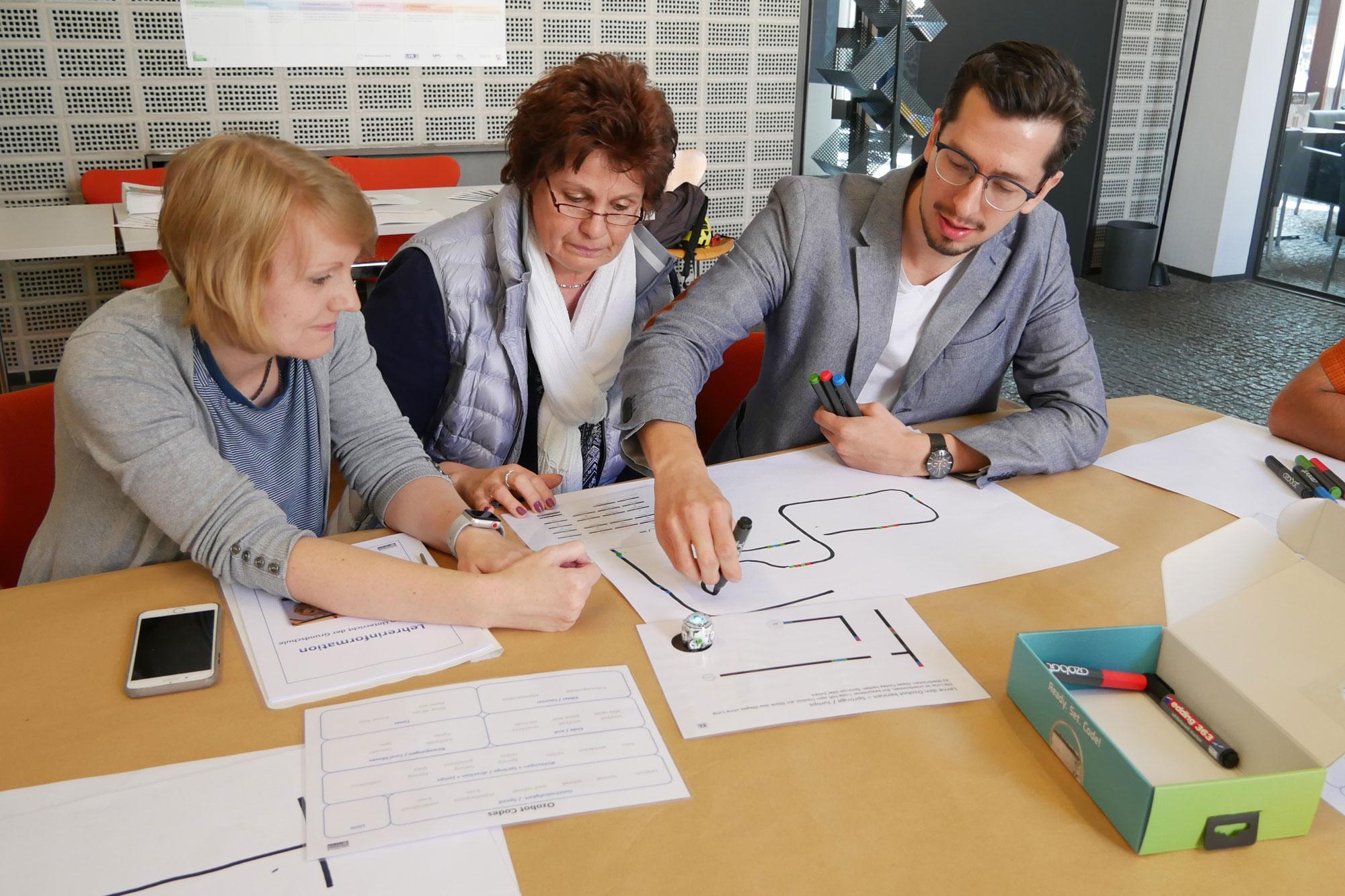 """Viel Spaß beim Ausprobieren hatten die Lehrkräfte, die sich  am """"Make IT""""-Tag der Stadtbücherei über das neue Angebot informierten. (Foto: Stadt Münster)"""