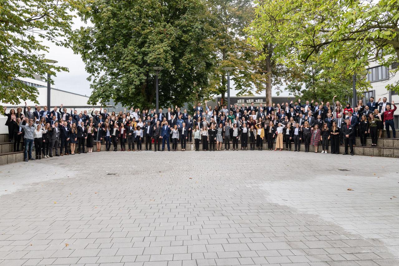 Die 188 Stipendiatinnen und Stipendiaten der Hochschule Niederrhein mit einem Teil der Förderer vor Beginn der Vergabefeier. (Foto: Hochschule Niederrhein)