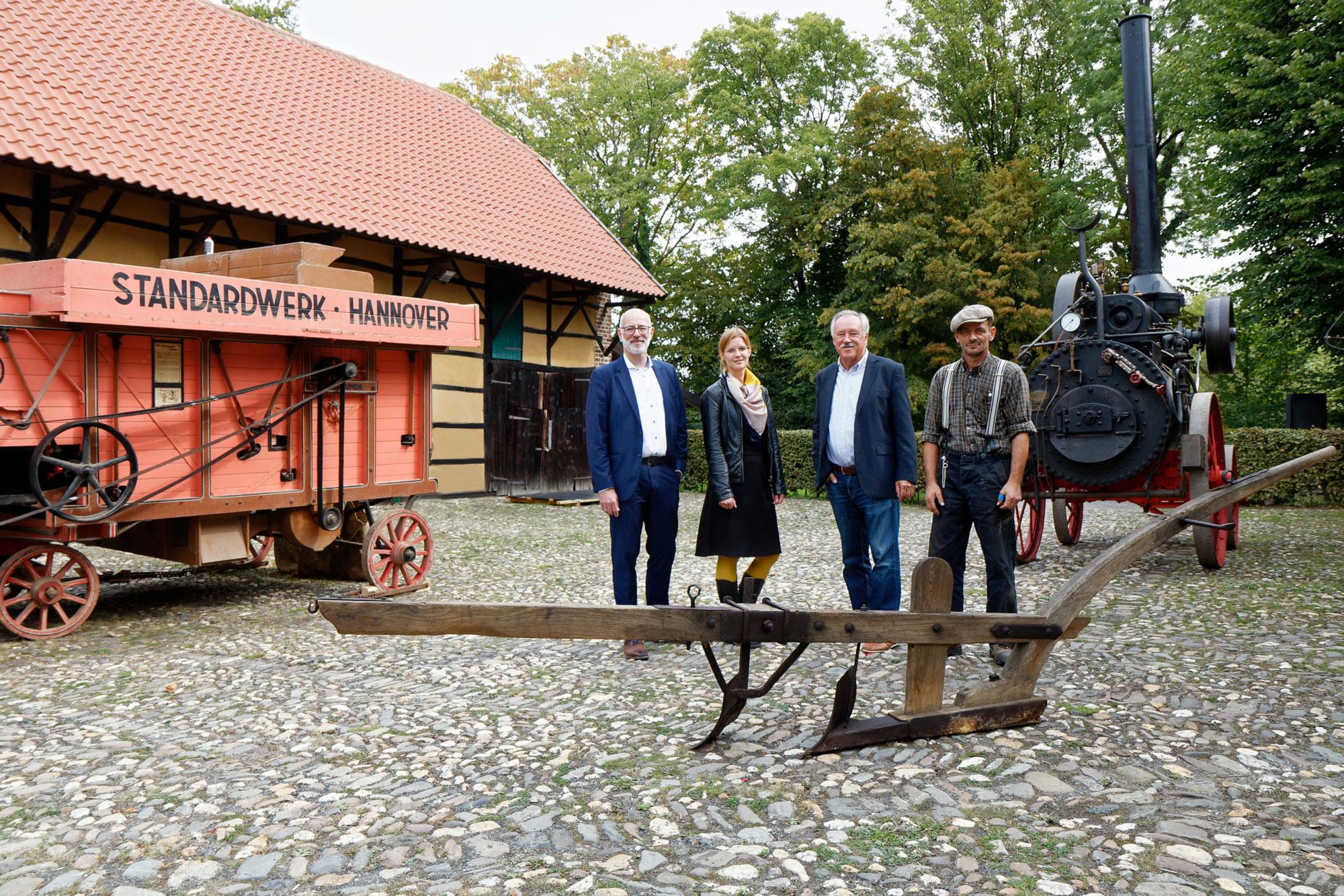 Museumsleiterin Anke Petrat, Herbert Kättner, Vorsitzender des Museumsvereins, sowie Peter Hormann, bäuerliche Fachkraft des Museums. (Foto: Kreis Viersen)