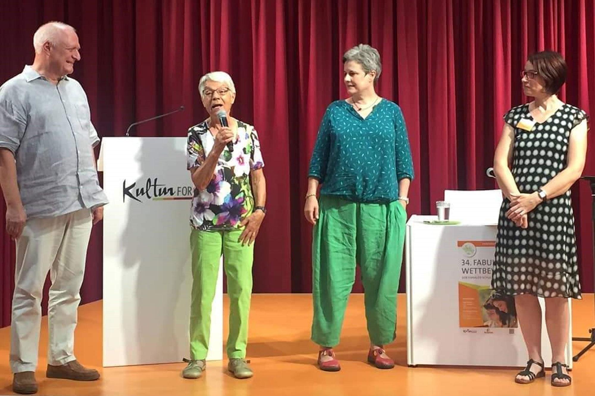 Die Juroren Heinz Armbrüster, Christine Theobald und Jutta Wilke und Susanne Buschbeck, Leiterin der Kinderbibliothek. (Foto: Stadt Hanau)