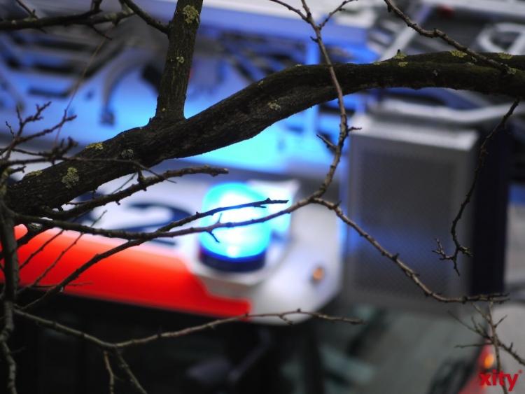 In Angermund kam aus bislang ungeklärter Ursache zu einem Brand einer Strohmiete mit 900 Strohballen. (Foto: xity)