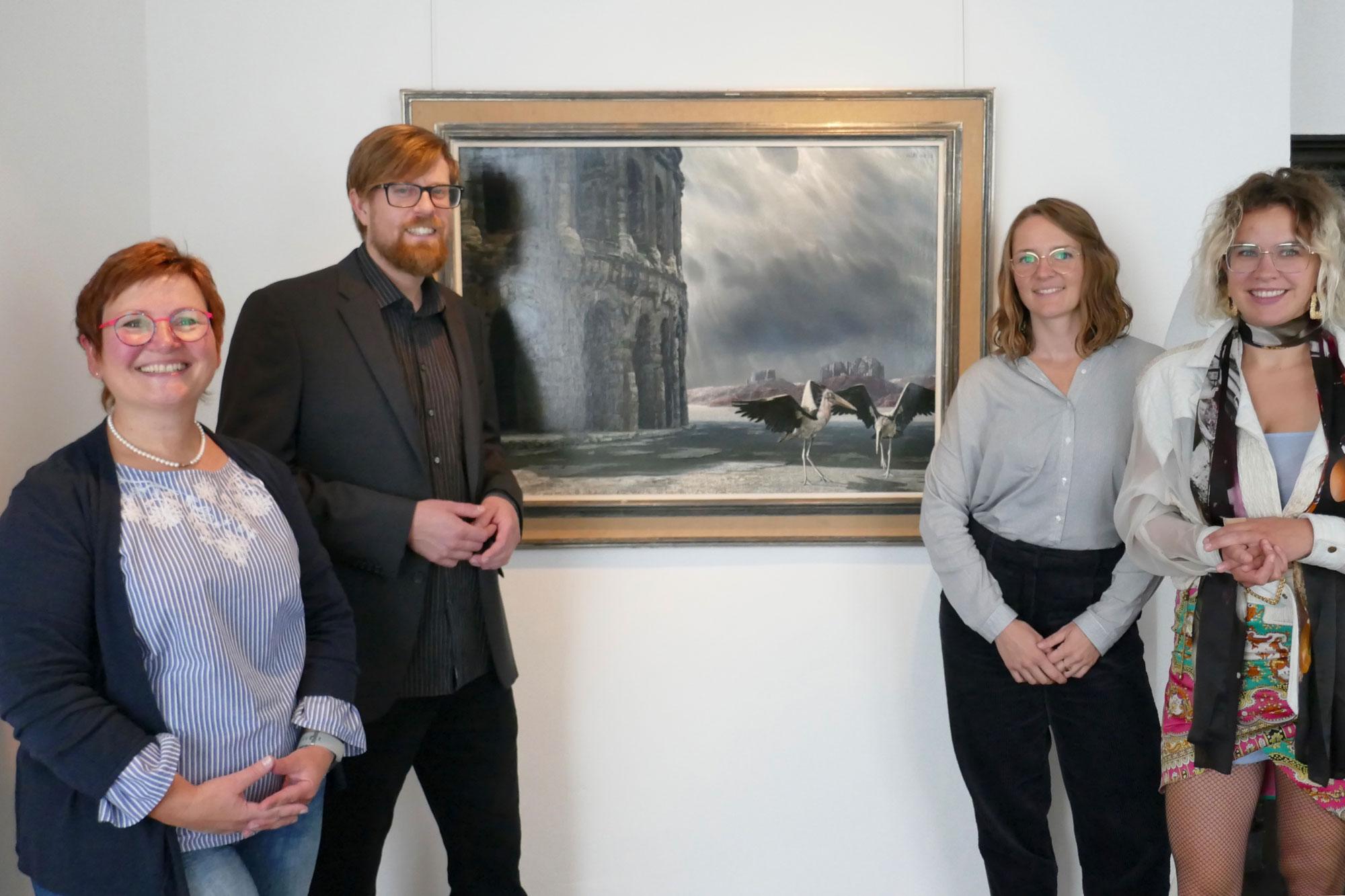 Die Künstlerin Louise te Poele mit den Kuratoren Sally Müller und Arne Reimann sowie Kulturchefin Stefanie Kettler (v.r.). Foto: Constanze Rauert. (Foto:Kreis Unna)