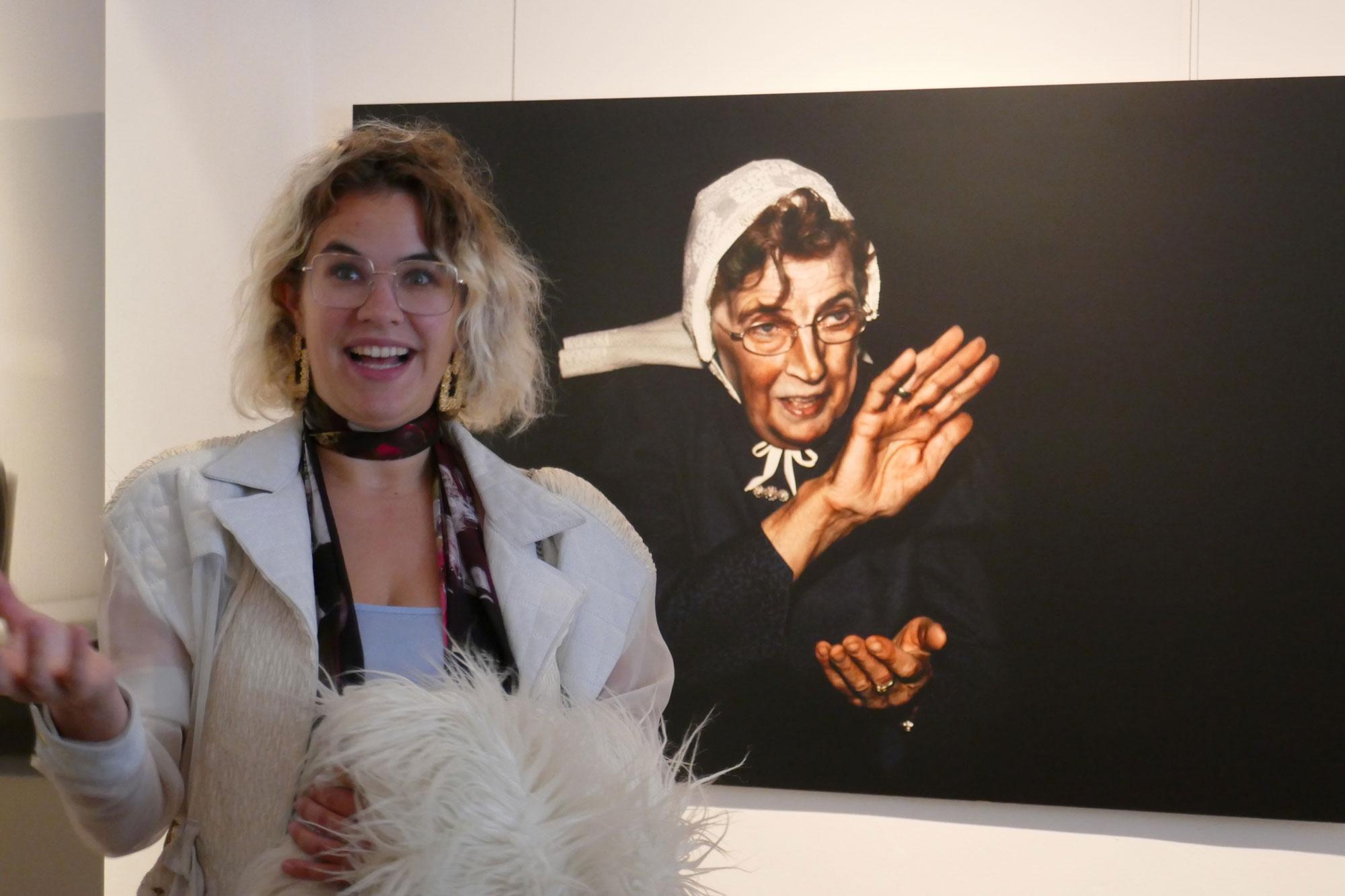 Künstlerin Louise te Poele vor Stien, 2009, Fotografie auf Aluminium. (Foto: Kreis Unna)