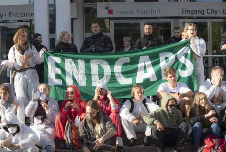 Demonstranten blockieren Haupteingang der IAA