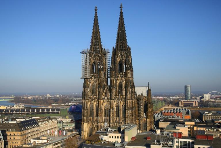 Pöbelnder Mann trommelt sich vor Kölner Dom auf die Brust und zeigt Hitlergruß