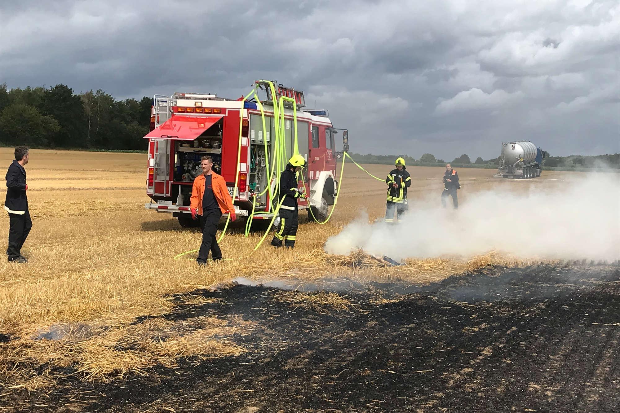Die Feuerwehr Niederkrüchten beim Löschen eines Feldbrandes. (Foto: Kreis Viersen)