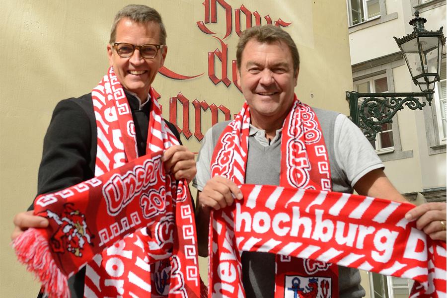 Josef Hinkel und Hans-Jürgen Tüllmann mit dem neuen Mottoschal (Foto: Holger Stoldt)