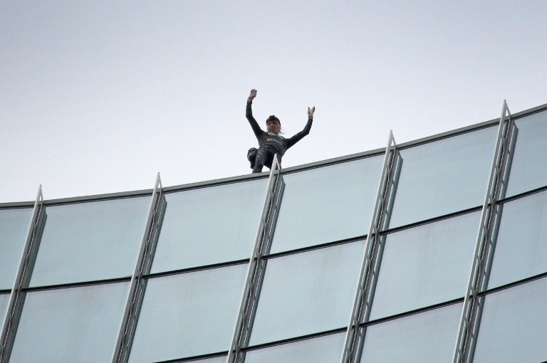 Fassadenkletterer Alain Robert erklimmt 150-Meter-Hochhaus in Frankfurt (© 2019 AFP)