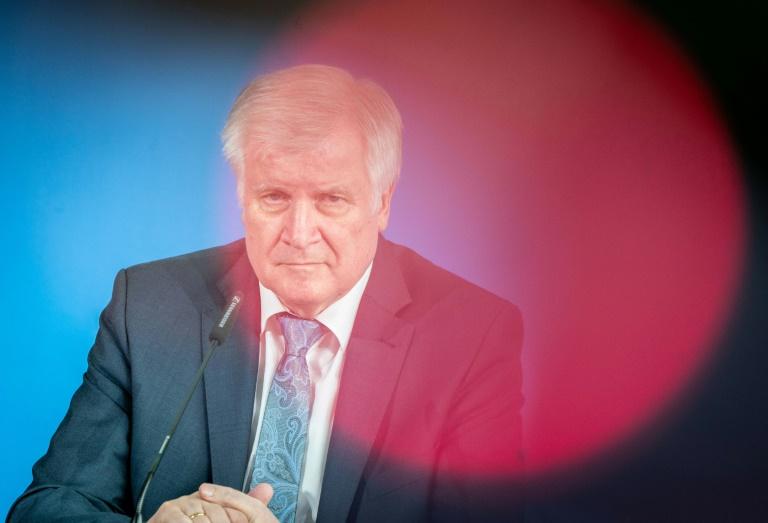 """Seehofer wegen zunehmender Bewaffnung der rechtsextremen Szene """"alarmiert"""" (© 2019 AFP)"""