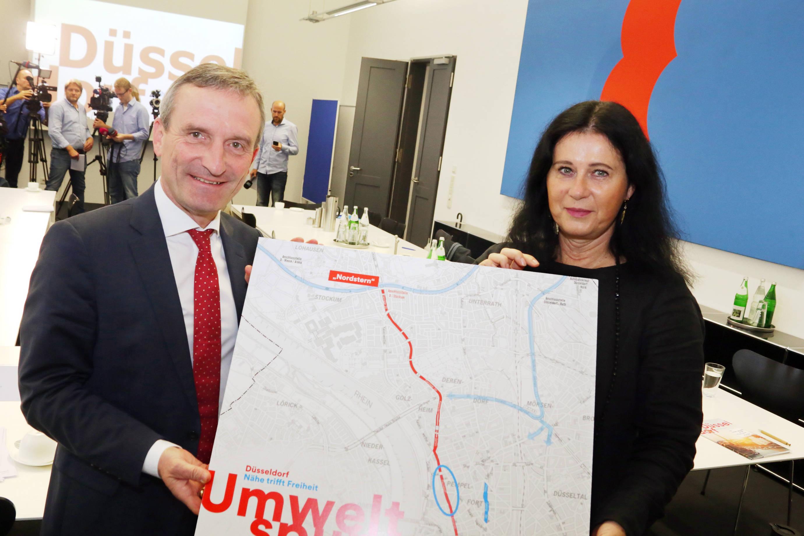 Stellten die dritte Umweltspur der Öffentlichkeit vor: Oberbürgermeister Thomas Geisel und Verkehrsdezernentin Cornelia Zuschke. (Foto: Stadt Düsseldor)