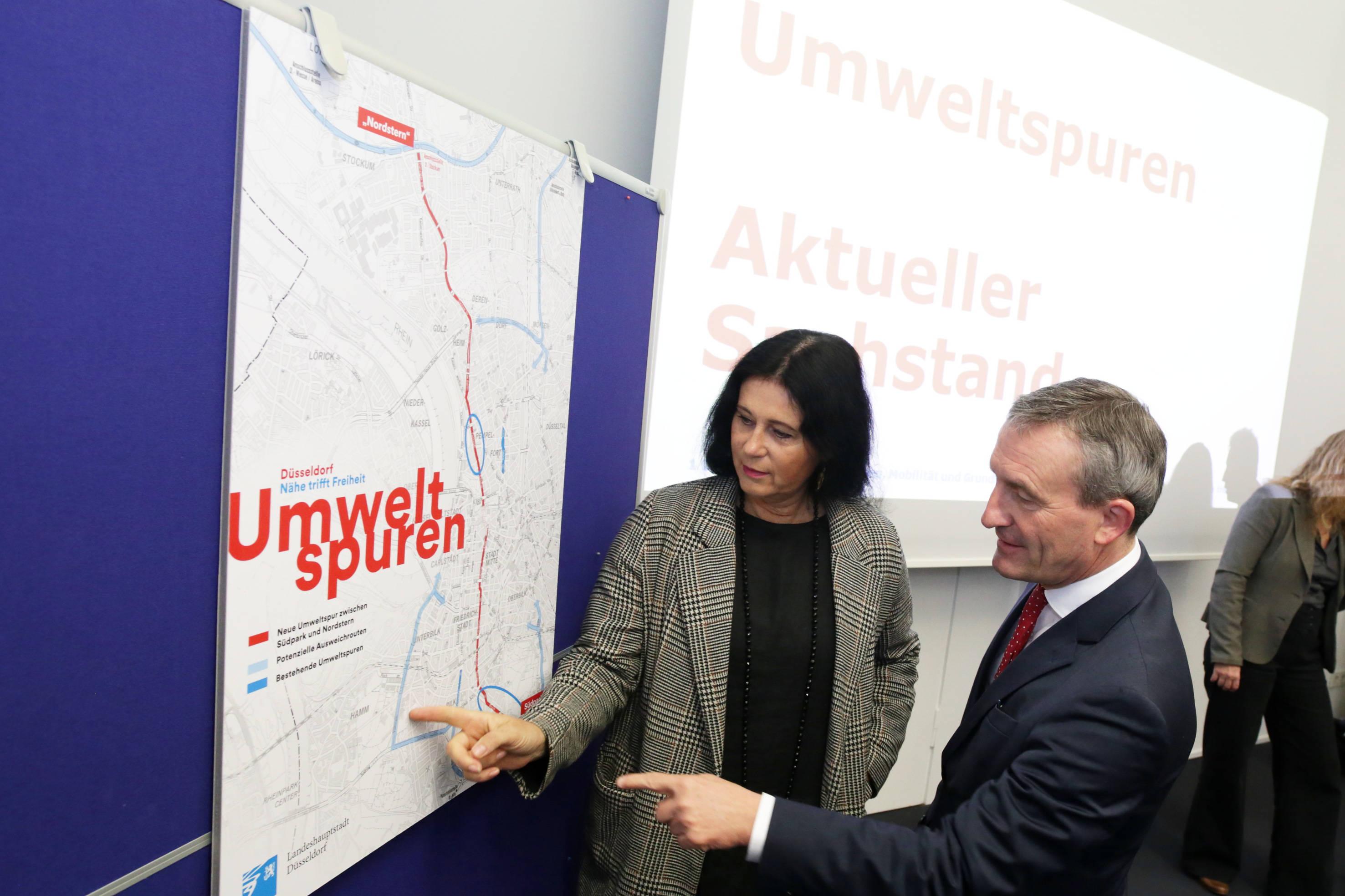 Verkehrsdezernentin Cornelia Zuschke zeigt den Verlauf der dritten Umweltspur. (Foto: Stadt Düsseldorf)